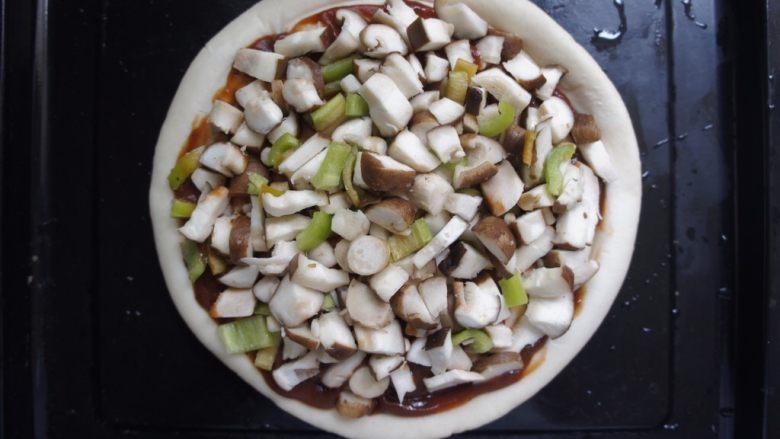 家常香菇披萨,放入蔬菜丁