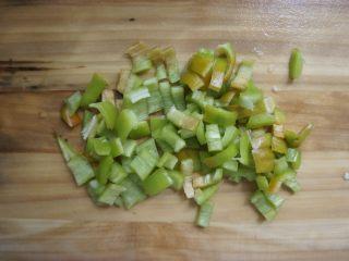 家常香菇披萨,青椒洗净切小块