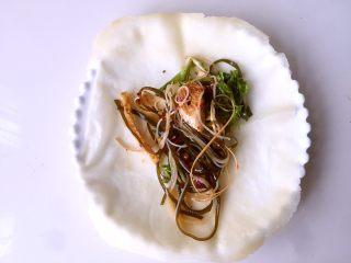 水单饼(烫面法、附卷饼方法),卷菜的时候,就是把饼摊开,在中间放上菜