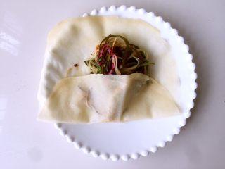水单饼(烫面法、附卷饼方法),然后底部向上折(这样可以防止漏菜)