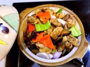 香菇鸡煲,将鸡腿倒入砂锅中,盖上锅盖继续加热