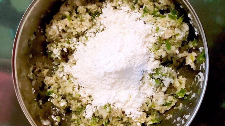 藕丁虾饼,加入玉米淀粉