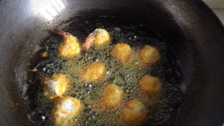 黄金虾球,锅里倒进植物油,油温100度左右入虾球。