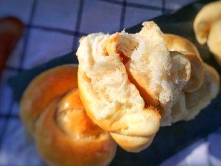 超级松软的    炼乳小面包,掰开看看内部组织,是不是很松软。