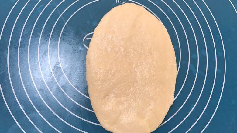 全中种北海道土司,取一个面团擀成长舌头状