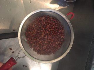 红豆沙,再次沥干, 将水倒掉 这个步骤会将红豆中的苦涩味去除