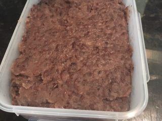 红豆沙,出锅后放入适量的容器里, 冷却后放入冰箱待用