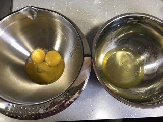 巧克力杯子蛋糕(分蛋海绵蛋糕),分离蛋清和蛋黄,容器保证无油无水。蛋清先放冰箱冷藏备用。烤箱上下火170度预热。
