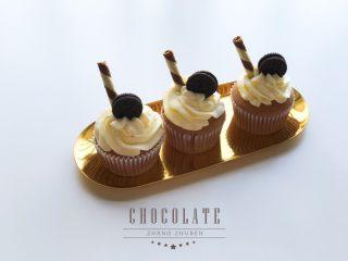 巧克力杯子蛋糕(分蛋海绵蛋糕),用2D花嘴挤出花纹,装饰一下