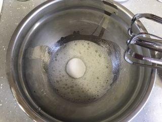 巧克力杯子蛋糕(分蛋海绵蛋糕),蛋清加入几滴柠檬汁,打蛋器低速打发至鱼眼状,加入三分之一细砂糖,转高速打发