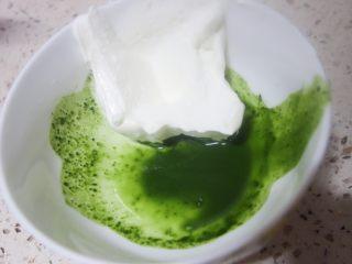 少女心萌萌哒芭比蛋糕,2g抹茶粉加一点热水化开加入一大勺淡奶油拌匀备用