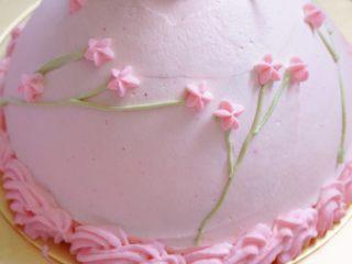 少女心萌萌哒芭比蛋糕,用五齿花嘴画上裙边及花朵;刚才绿色的奶油用小的勾线花嘴做枝干部分即可