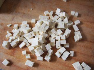 椿芽拌豆腐,豆腐切成小块