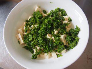 椿芽拌豆腐,将香椿芽和豆腐丁放入大碗中
