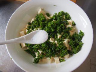 椿芽拌豆腐,加入适量盐