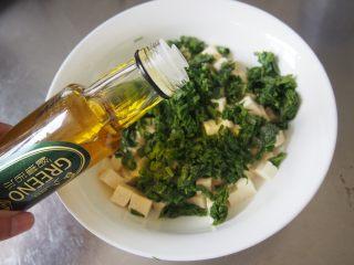 椿芽拌豆腐,加入适量亚麻籽油