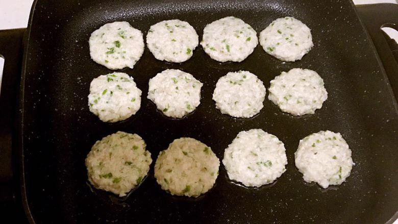 藕丁虾饼,锅内加入大豆色拉油烧热后加入虾饼,温火煎制