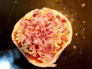 剩馒头的春天  馒头火腿披萨,再撒上一层圆葱丁