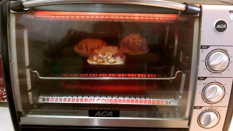 剩馒头的春天  馒头火腿披萨,烤箱200度预热5分钟,把烤盘放入烤箱,200度烤5分钟,芝士碎融化即可