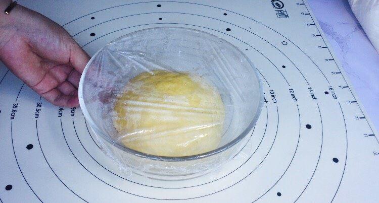 边花南瓜花样馒头,发酵一倍大后,夏季室温发酵很快,约 35分钟左右!要看发酵程度,切勿发酵过头!