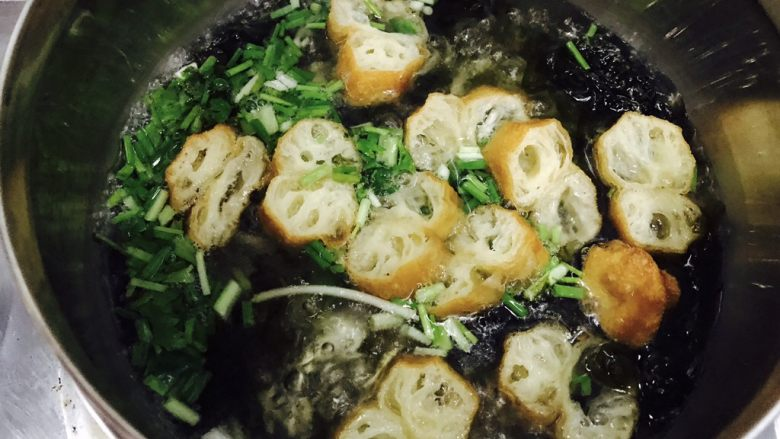 油条紫菜蛋花汤,接着放入油条、香菜和香葱。