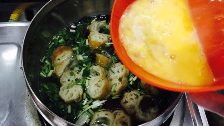 油条紫菜蛋花汤,提前打散的鸡蛋液慢慢的倒入锅内。
