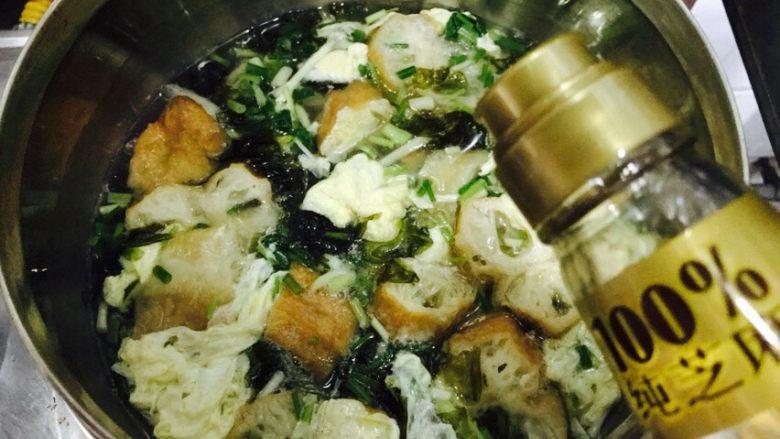 油条紫菜蛋花汤,关火后倒入适量的香油。
