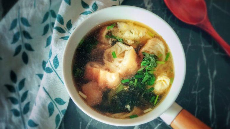 油条紫菜蛋花汤,出锅喽!装入漂亮的餐具中。美美哒!太有食欲了!