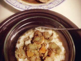 海鲜卤肉粥,粥比海鲜肉提前半小时开始煮,然后盛一碗粥,把海鲜卤肉和汤汁一起拌入米粥里