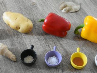 土豆最新的销魂吃法,好吃得根本停不下来!,土豆 1个、红椒 半个、黄椒 半个、蒜 5g 白芝麻 3g、糖 4g、香油 5g、醋 10g、盐 2g、姜 3g
