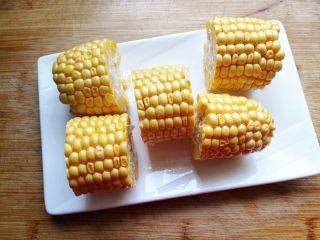 秋季滋补靓汤——玉米羊肉汤,切成适当大小的玉米段,
