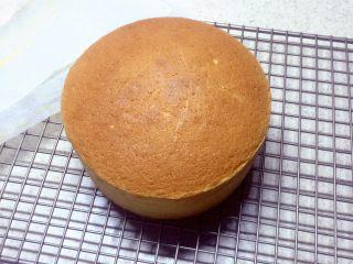 海绵蛋糕,出炉后震两下脱模,晾凉。