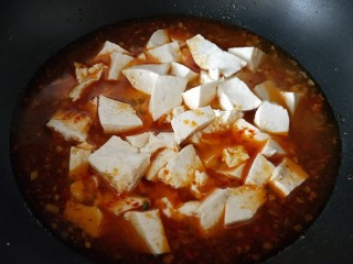 素烧豆花,豆花切小块,放入汤中煨煮5~8分钟