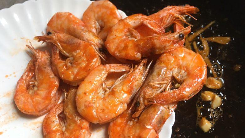 油焖大虾,倒入煎好的白虾翻炒