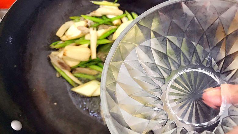 一清二白芦笋茭白炒平菇,加少许热开水,切记是热开水!不是冷水!否则食材会变老,就不好吃了!