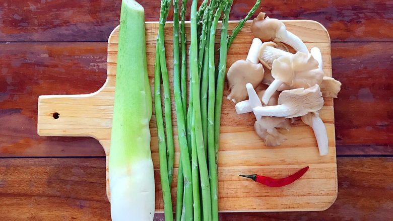 一清二白芦笋茭白炒平菇,首先我们准备好所有食材!
