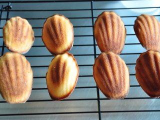 超级好用的脱模油(三种版本),这四种方法都可以很好的将玛德琳蛋糕轻松的脱模(请忽略蛋糕的上色情况,只看脱模情况)。