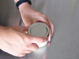 超级好用的脱模油(三种版本),盖好盖子放入冰箱中冷藏储存即可。