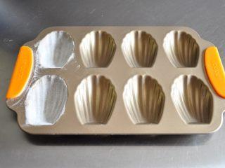 超级好用的脱模油(三种版本),下面我用传统的涂油撒粉的方法和分别刷上三种脱模油制作了玛德琳蛋糕试验了一下。
