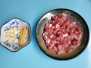 毛豆炒肉丁,猪肉切丁,蒜切碎,姜切丝备用。