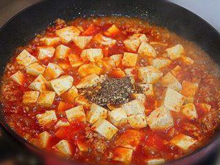 麻婆豆腐,把花椒面放入锅中