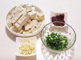 麻婆豆腐,将豆腐切成小块,蒜切末,香葱切碎,豆瓣酱剁碎备用