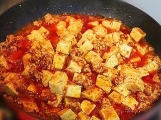 麻婆豆腐,将水淀粉放入锅中,大火烧开,然后再放入一次水淀粉,最后加入少许鸡精,香油,拌匀即可