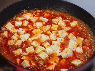 麻婆豆腐,把豆腐放入锅中大火烧开,然后加入少许酱油