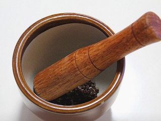 麻婆豆腐,将熟花椒放到捣蒜器中捣成碎面备用