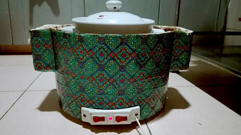 白切蹄髈,砂锅移到电焐锅里面高火烧一个半小时