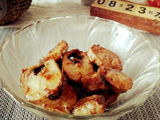 番茄虾仁明太鱼,热锅凉油明太鱼煎致金黄,盛出备用