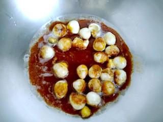 茄汁虎皮鹌鹑蛋,放入煎好的鹌鹑蛋,再倒入调好的酱汁!