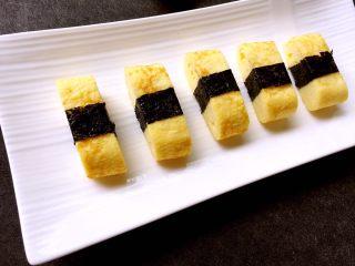 寿司玉子烧,全部卷好海苔的寿司玉子烧放进餐盘即可食用,是不是像极了寿司呢?