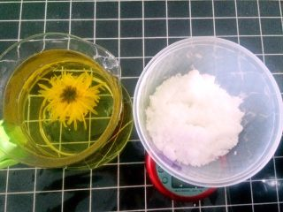 绿豆糕,准备白糖150克,不喜欢吃甜食的可以减少用量,建议不要加量了,因为已经很甜了。